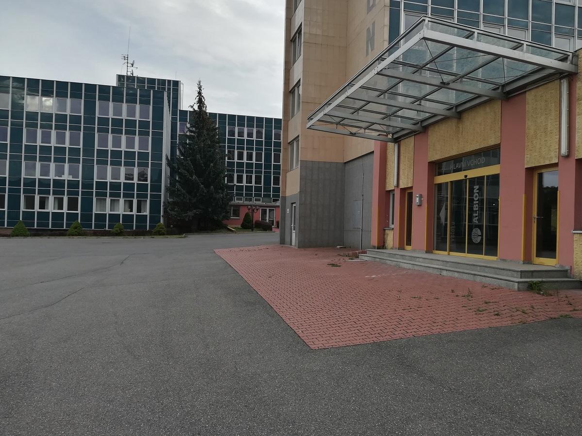 Místo hotelu Albion na Smíchově vyrostou byty v hotelovém stylu